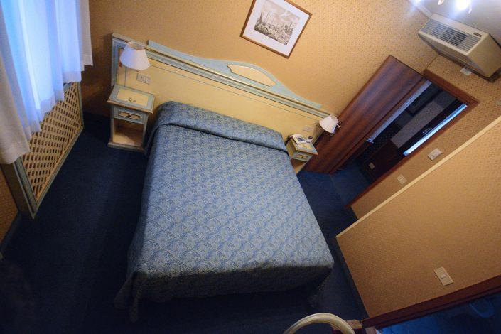 letto matrimoniale in stanza albergo venezia