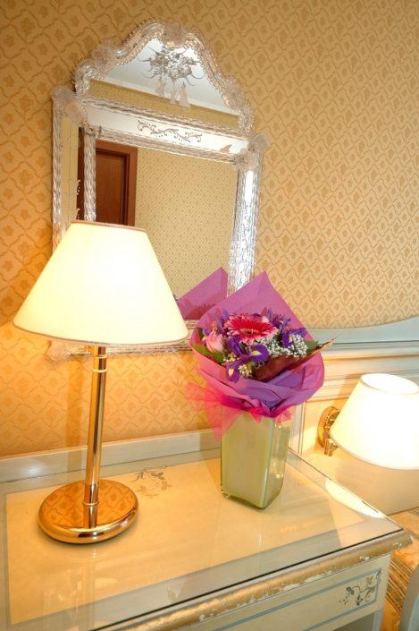 lampada e fiori in stanza hotel a venezia