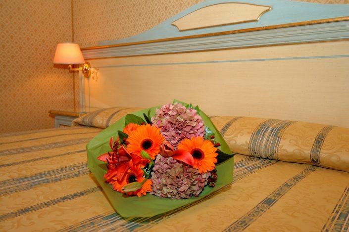 accoglienza con fiori in camera hotel