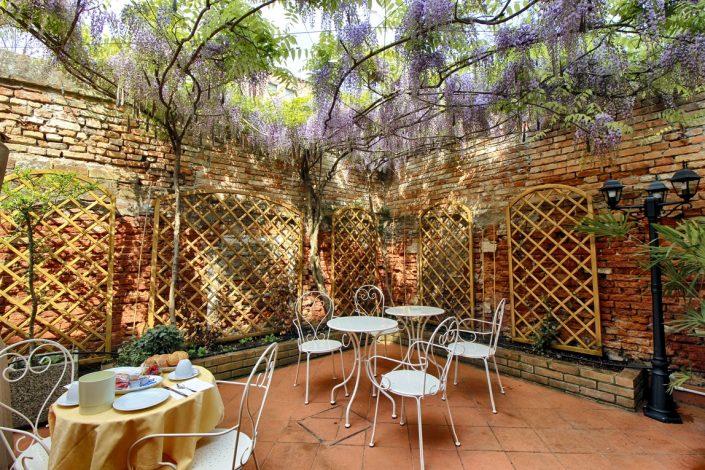 terrazza con glicine hotel venezia